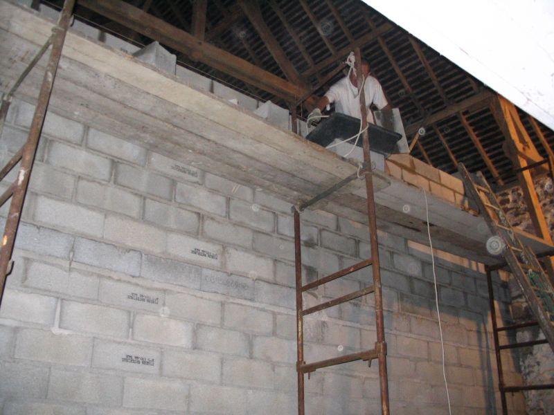 Renovation d un batiment en pierre construction du mur for Construction mur mitoyen